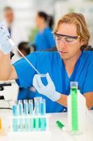 scienziato che lavora in laboratorio foto