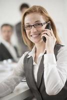 Ritratto di donna d'affari al telefono foto
