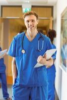 studente di medicina che sorride alla macchina fotografica foto