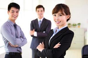 successo giovane squadra di affari in piedi in ufficio foto