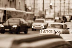 taxi per le strade della città in tono seppia foto