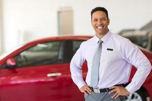 consulente di vendita di veicoli di mezza età foto