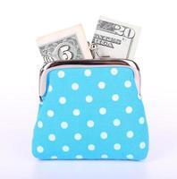 borsa blu con soldi isolati su bianco foto