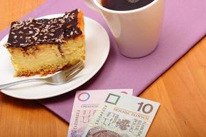 pagando per cheesecake e caffè nella caffetteria, concetto di finanza foto