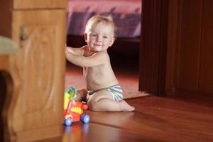 il bambino gioca a casa foto