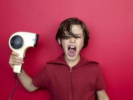 un enfant sèche ses cheveux foto