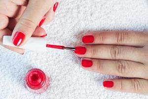 manicure - belle unghie curate da donna con polis rosso foto