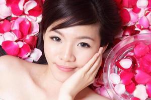 ragazza sorridente viso con rosa foto