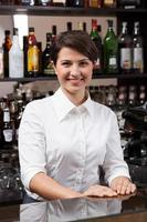 giovane donna che lavora al bar foto