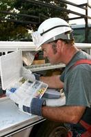 elettricista e camion di servizio verticale foto
