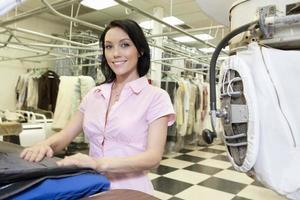 dipendente della lavanderia che lavora foto