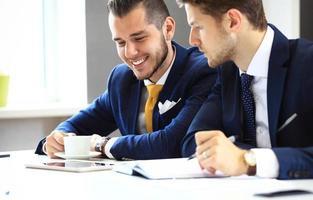 due uomini d'affari fiduciosi in rete in ufficio