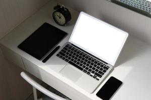 computer portatile dello schermo in bianco e Smart Phone e compressa digitale foto