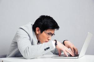uomo d'affari che utilizza computer portatile nell'ufficio foto