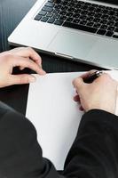 scrivendo in un documento foto