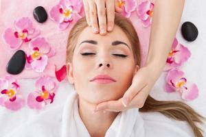 giovane donna che ottiene massaggio foto