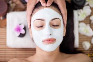 donna adulta con trattamenti di bellezza nel salone spa foto