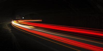 scie luminose auto nel tunnel foto