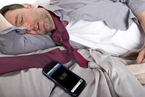 impiegato tardivo che dorme dentro e tardi per lavoro foto