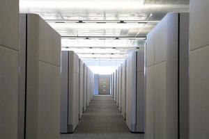 vista in rilievo del corridoio del cubicolo in ufficio pulito moderno. foto