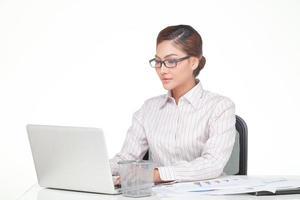 la giovane donna di affari indossa i vetri isolati su bianco