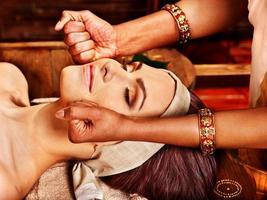donna che ha un trattamento spa ayurveda. foto