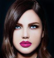ritratto del primo piano di bello modello della donna con le labbra naturali rosa foto