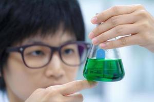 ricercatore che lavora con prodotti chimici foto