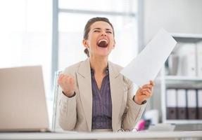 felice donna d'affari in ufficio gioia foto