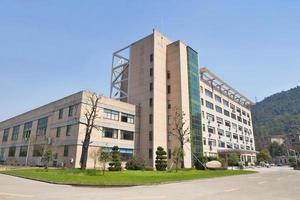 vista laterale sull'edificio per uffici con parcheggio foto