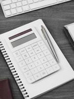 calcolatrice su una scrivania foto