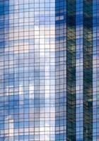 moderno edificio in vetro con riflesso del crepuscolo foto