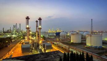raffineria di petrolio al crepuscolo foto