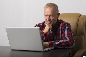 uomo al computer portatile foto
