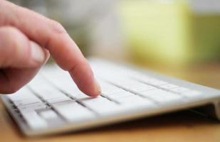 digitando su una tastiera foto