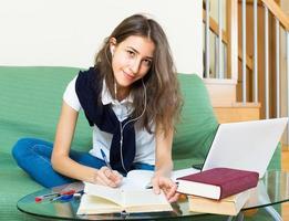 ragazza dell'adolescente che fa i compiti foto