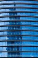 riflesso nel moderno vetro blu delle finestre degli uffici foto