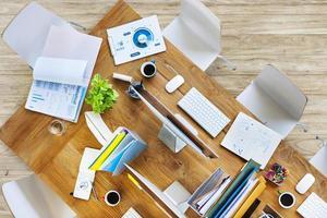 tavolo da ufficio moderno con attrezzature e sedie foto