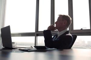 contemplando uomo d'affari foto