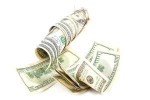 rotolo di banconote in dollari su sfondo bianco. foto