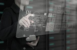 donna di affari che lavora con il nuovo grafico del computer dell'interfaccia foto