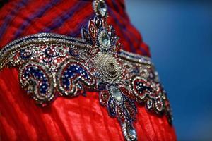 abito colorato indiano con cristalli perline al mercato del festival della cultura foto