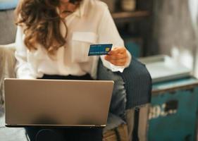 primo piano sulla giovane donna che fa shopping online foto