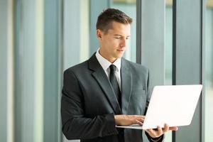 uomo d'affari utilizzando il computer portatile foto
