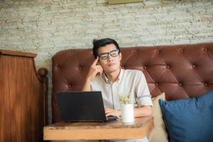 uomo d'affari con il computer portatile foto