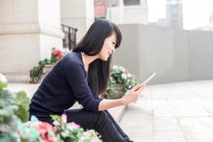 giovane donna asiatica con il portatile foto