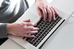 hacker che lavora su un computer portatile. foto