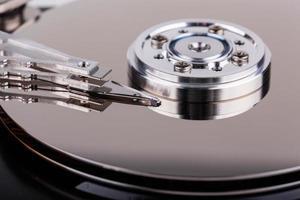 primo piano del disco rigido aperto del computer foto