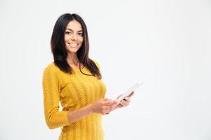 donna sorridente che sta con il computer della compressa foto
