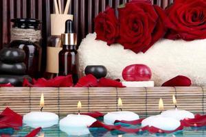 splendida spa impostazione vicino piscina su sfondo di bambù foto